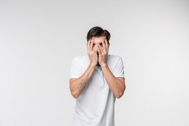 Portret van de bang man op wit Gratis Foto
