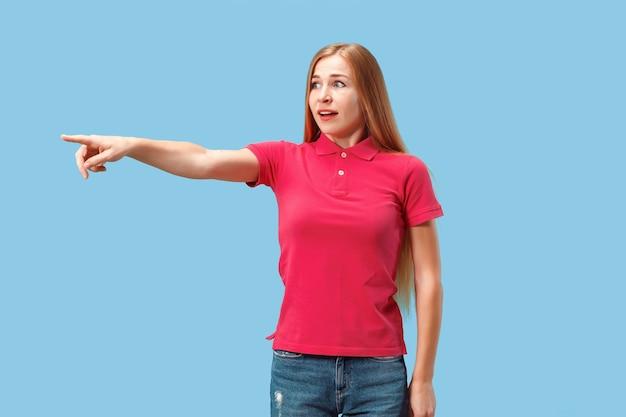 Portret van de bange vrouw op blauw Gratis Foto