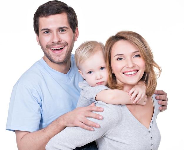 Portret van de gelukkige familie die met weinig kind camera bekijken - geïsoleerd Gratis Foto