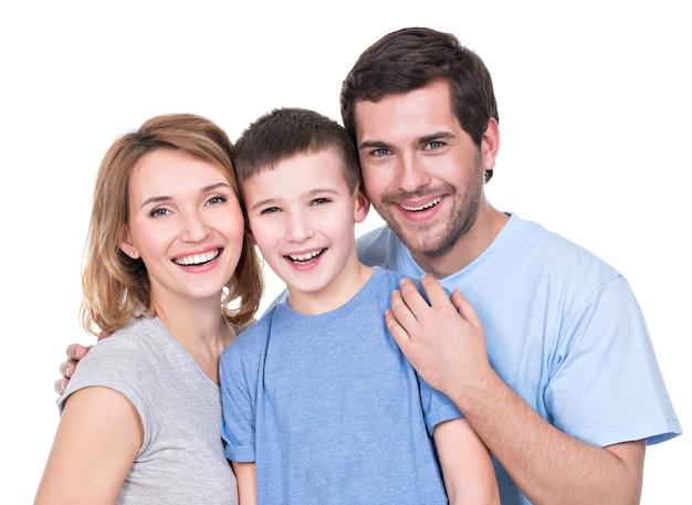 Portret van de gelukkige ouders met zoon die geïsoleerde camera bekijken - Gratis Foto
