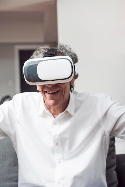 Portret van de glimlachende hogere mens die virtuele werkelijkheidsbeschermende brillen dragen Gratis Foto