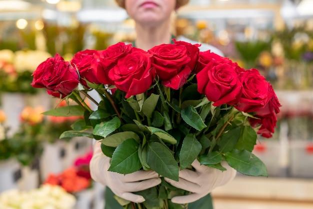 Portret van de inzameling van de vrouwenholding van rode rozen Gratis Foto
