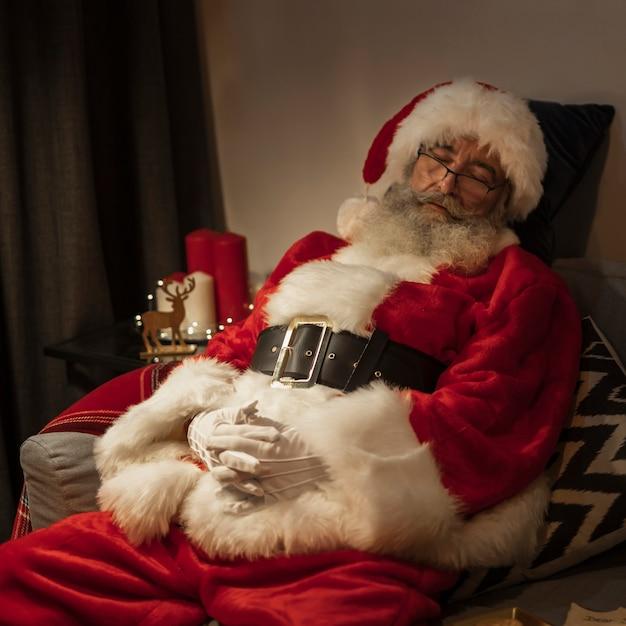 Portret van de kerstman die een dutje doet Gratis Foto