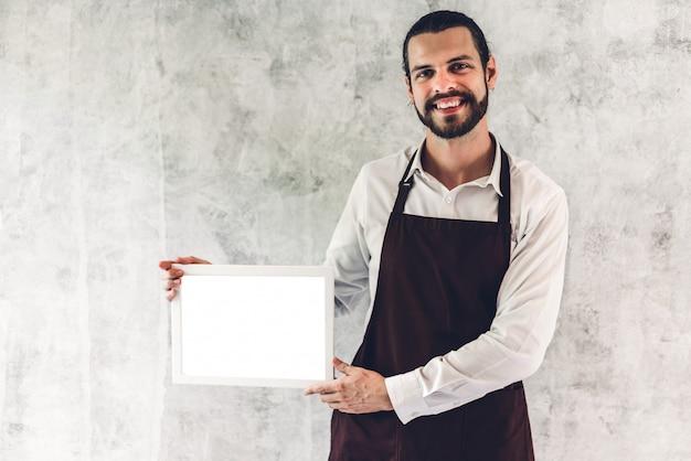 Portret van de knappe bebaarde baristamens Premium Foto