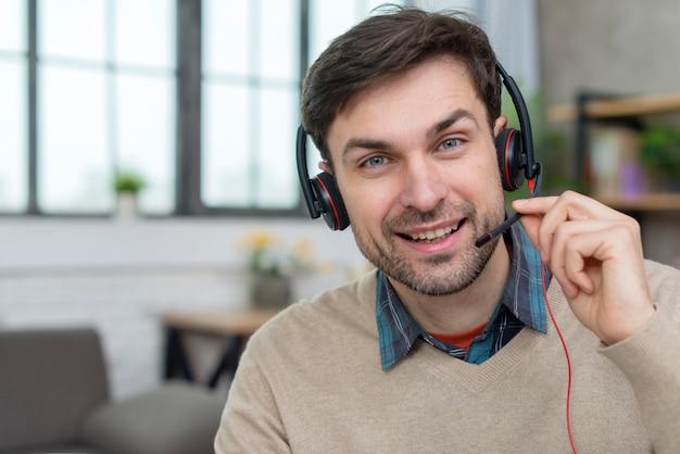 Portret van de leraar die een webinar houdt Gratis Foto