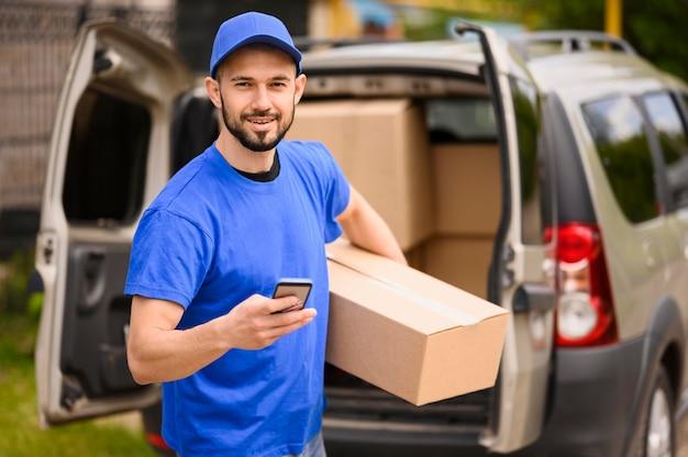 Portret van de levering man met pakket Premium Foto