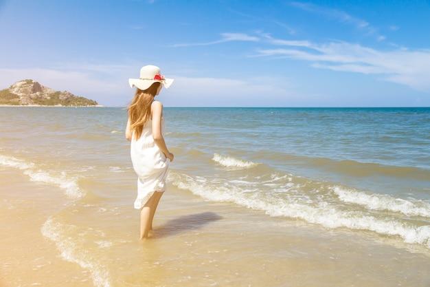 Portret van de mooie jonge aziatische vakantie van de vrouwenzomer op strand, leuke tiener op zee Premium Foto