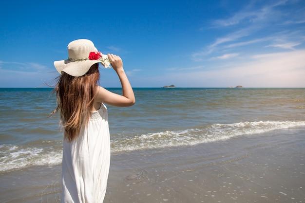 Portret van de mooie jonge aziatische vakantie van de vrouwenzomer op strand Premium Foto