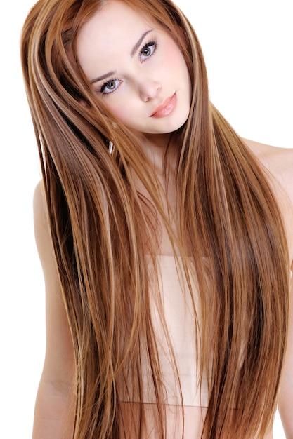 Portret van de mooie jonge vrouw met schoonheids lange rechte haren Gratis Foto