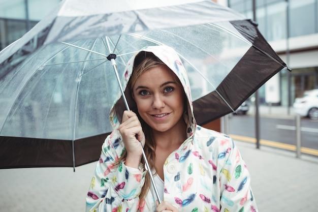 Portret van de mooie paraplu van de vrouwenholding Gratis Foto