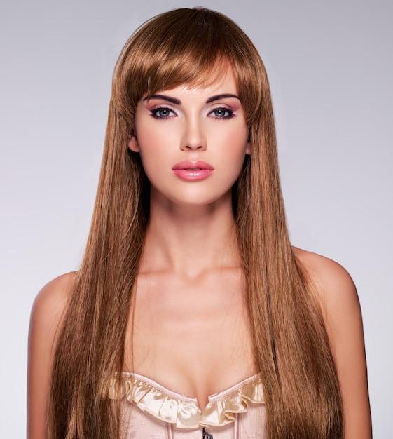 Portret van de mooie sexy vrouw met lang haar. mannequin met recht kapsel Gratis Foto