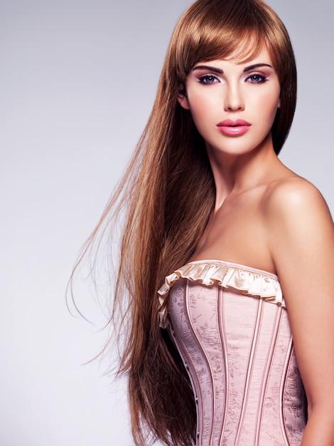 Portret van de mooie sexy vrouw met lang haar Gratis Foto