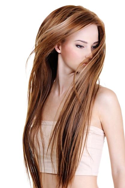 Portret van de schattige jonge vrouw met lange rechte haren schoonheid - geïsoleerd op wit Gratis Foto