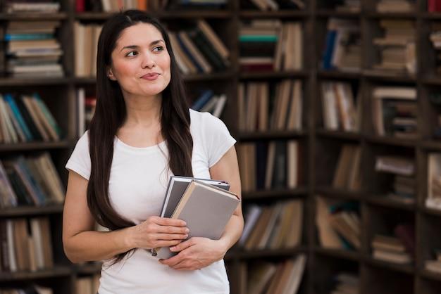 Portret van de volwassen boeken van de vrouwenholding Gratis Foto