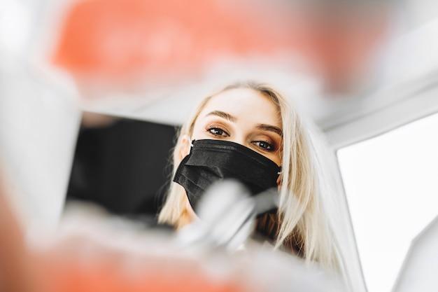 Portret van de vrij jonge vrouwelijke tandarts in een tandkliniek. Premium Foto