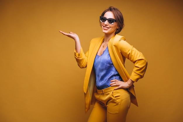 Portret van de vrouw in gele pak geïsoleerd Gratis Foto