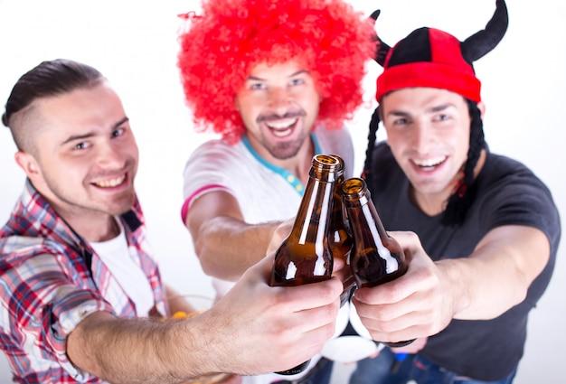 Portret van drie voetbalfans vieren overwinning. Premium Foto