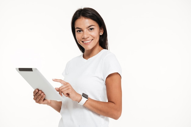 Portret van een aantrekkelijke jonge de tabletcomputer van de vrouwenholding Gratis Foto