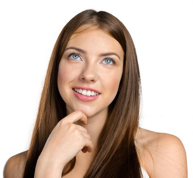 Portret van een aantrekkelijke jonge vrouw die diep denkt Premium Foto
