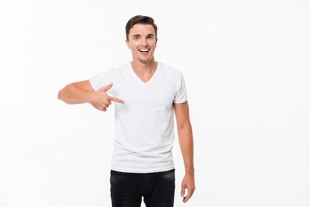 Portret van een aantrekkelijke vrolijke man permanent Gratis Foto