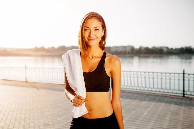 Portret van een atletisch meisje. mooi jong sportfitness model die klaar voor jogging in stadspark worden. Gratis Foto