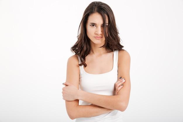 Portret van een boos meisje, gekleed in tanktop Gratis Foto