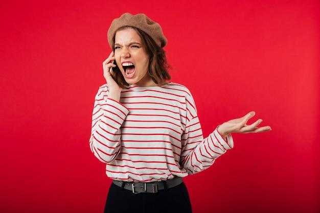 Portret van een boze vrouw die baret draagt Gratis Foto