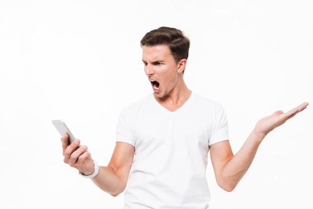 Portret van een boze woedende man in wit t-shirt Gratis Foto