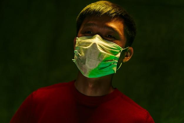 Portret van een chinese man met medisch beschermend masker. coronavirus bescherming concept Premium Foto