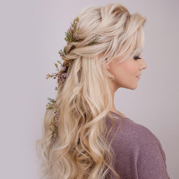 Portret van een elegante jonge vrouw met blond haar. trendy kapsel Premium Foto