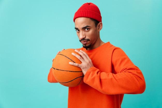 Portret van een ernstige jonge afro-amerikaanse man in hoed Premium Foto