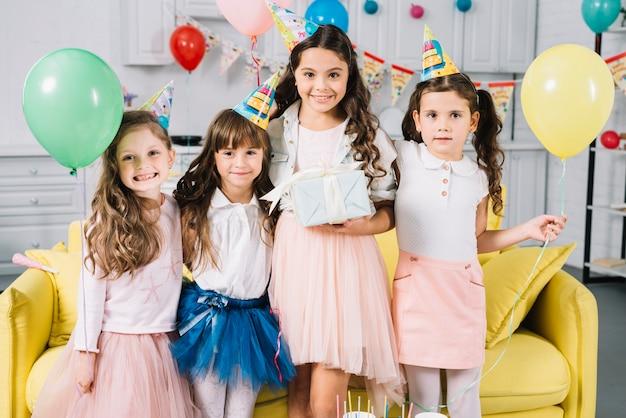 Portret van een feestvarken met haar vrienden in de partij Gratis Foto