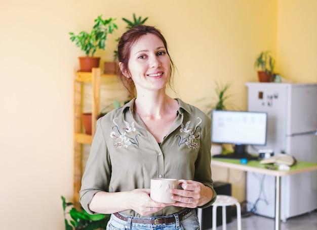 Portret van een freelance ondernemersvrouw die thuis werkt Premium Foto