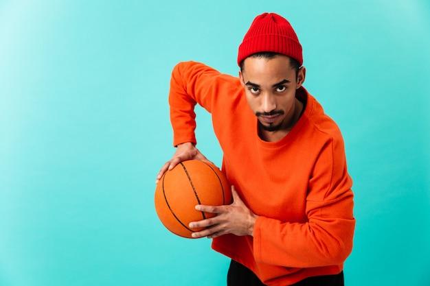 Portret van een geconcentreerde jonge afro-amerikaanse man Premium Foto