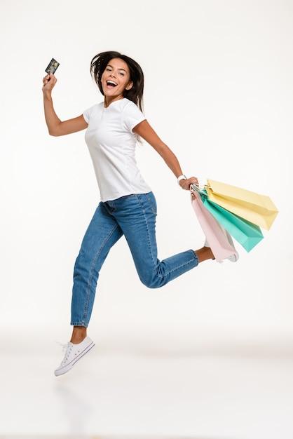 Portret van een gelukkig casual vrouw springen Gratis Foto