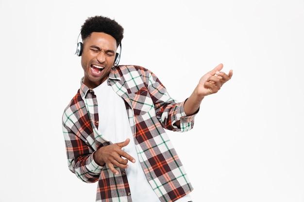 Portret van een gelukkig jonge afro-amerikaanse man Gratis Foto