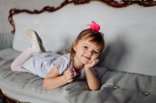 Portret van een gelukkig lachend kind gir Gratis Foto