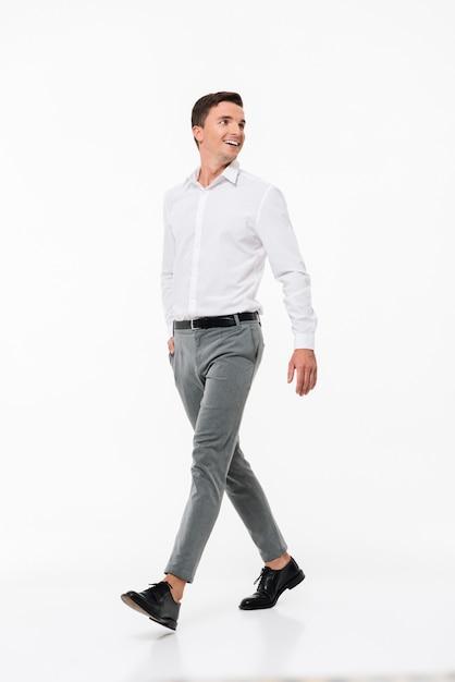 Portret van een gelukkig lachende man in een wit overhemd Gratis Foto