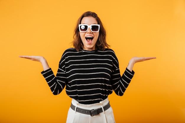 Portret van een gelukkig meisje in zonnebril Gratis Foto