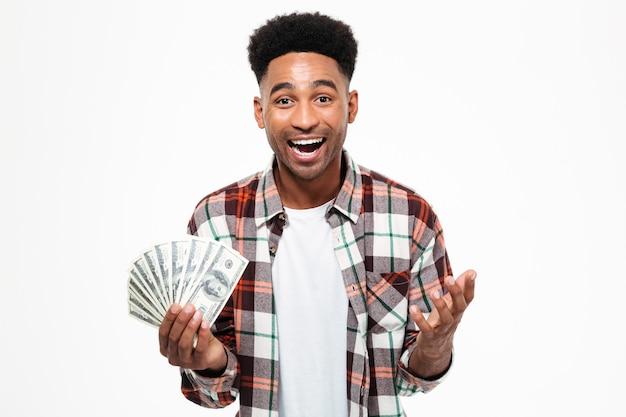 Portret van een gelukkig opgewonden afrikaanse man Gratis Foto