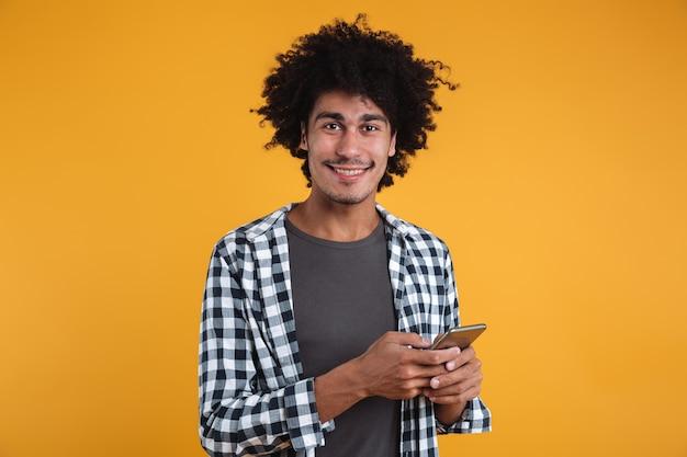 Portret van een gelukkig vrolijke afrikaanse man Gratis Foto
