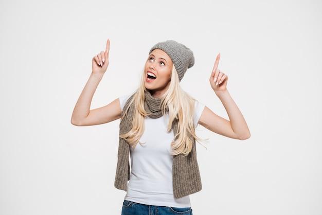 Portret van een gelukkig vrolijke vrouw in winter muts Gratis Foto