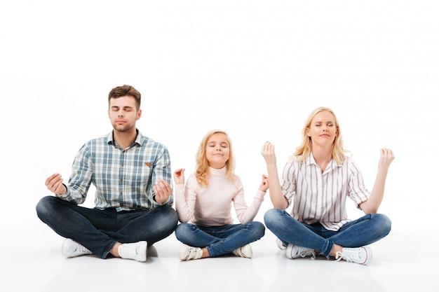 Portret van een gelukkige familie mediteren Gratis Foto
