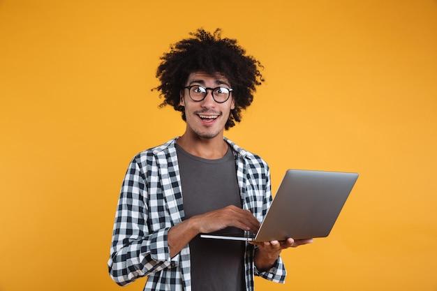 Portret van een gelukkige jonge afrikaanse man in brillen Gratis Foto