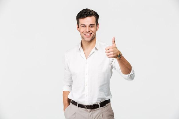 Portret van een gelukkige jonge man in wit overhemd Gratis Foto