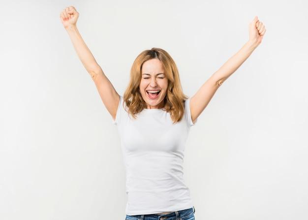 Portret van een gelukkige jonge vrouw die op witte achtergrond wordt geïsoleerd Gratis Foto
