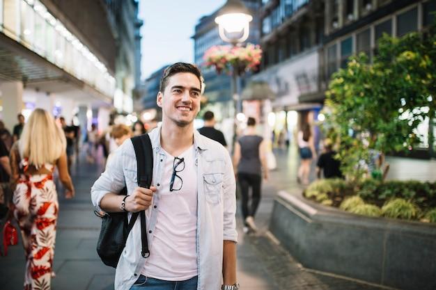 Portret van een gelukkige mens die zich op stoep bevindt Gratis Foto