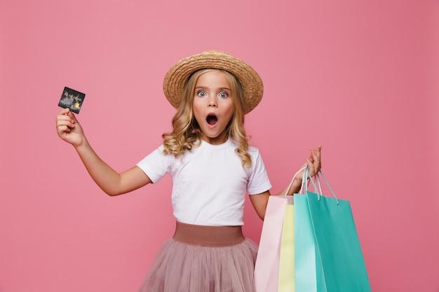 Portret van een geschokt meisje in hoed en rok Gratis Foto
