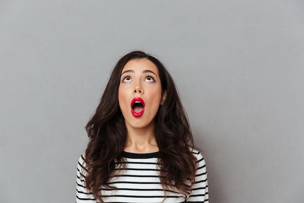 Portret van een geschokt meisje op zoek Gratis Foto