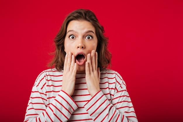 Portret van een geschokte vrouw die camera bekijkt Gratis Foto